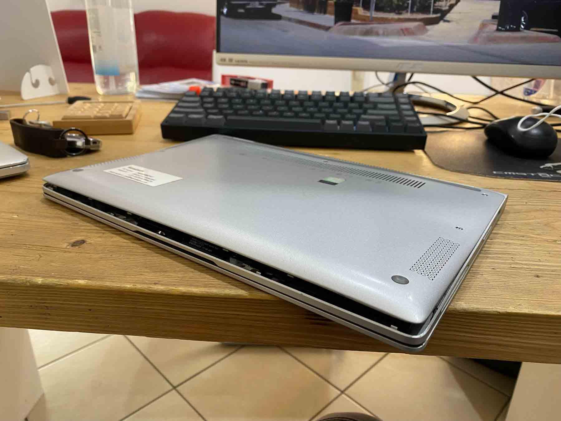 Sostituzione batteria rigonfia su pc portatile notebook