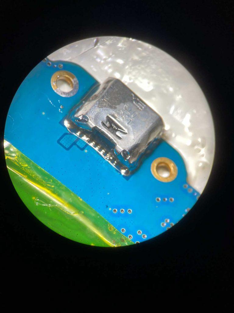 Sostituzione connettore di ricarica con saldatura a microscopio.